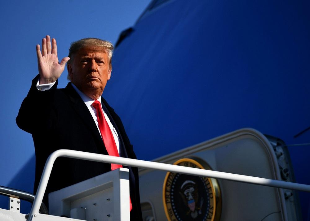 写真・図版 : メリーランド州のアンドリュース空軍基地を出発するトランプ氏=2020年1月12日 mccv / Shutterstock.com  US President Donald Trump before departing from Andrews Air Force Base in Maryland on January 12, 2021.