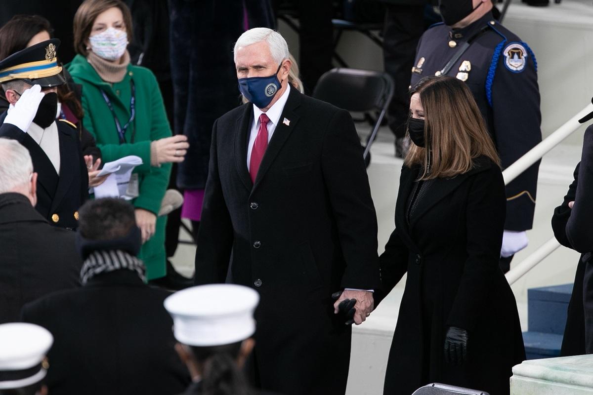 写真・図版 : バイデン大統領の就任式に参列したペンス氏=2020年1月20日、ワシントン