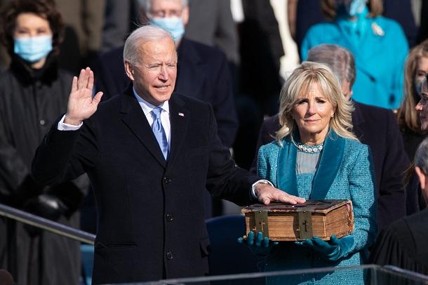 大統領就任式で宣誓するバイデン氏=2021年1月20日、ワシントン、ランハム裕子撮影