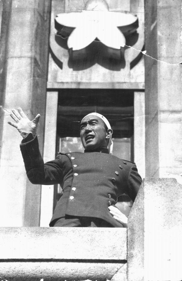 自決前、自衛隊市ケ谷駐屯地のバルコニーで演説する三島由紀夫氏=1970年11月25日