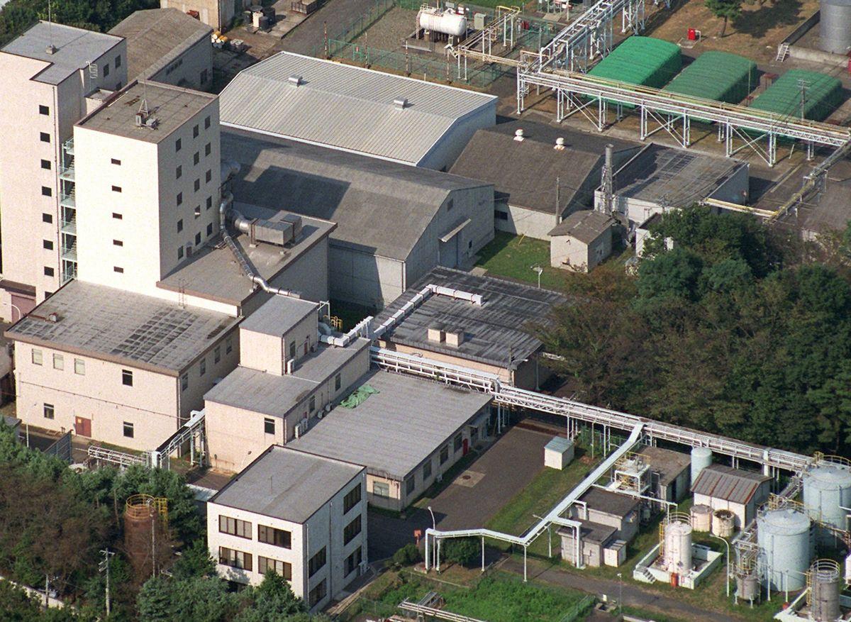 写真・図版 : 1999年9月、日本初の臨界事故が起きたJCOの施設=茨城県東海村。朝日新聞社ヘリから