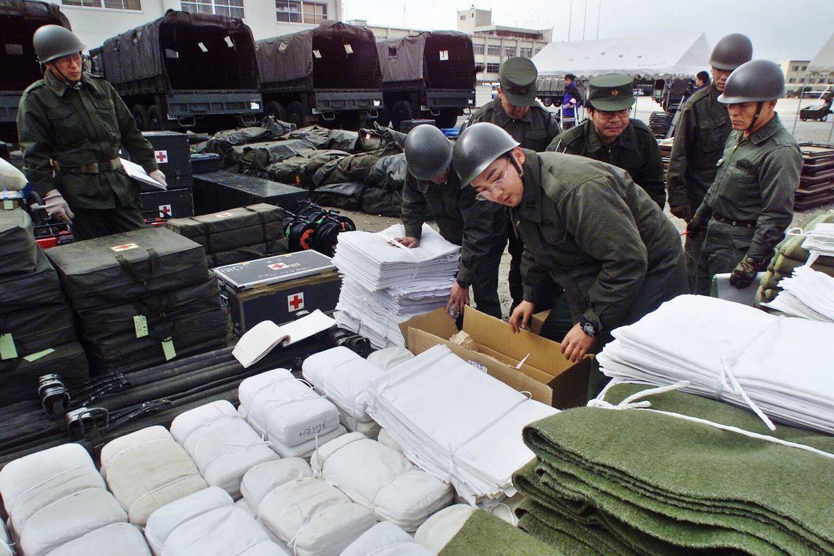 写真・図版 : 2001年2月、インド大地震で援助物資の準備をする陸上自衛隊員たと=名古屋市の陸自守山駐屯地。朝日新聞社
