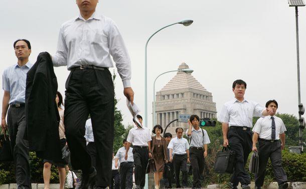 写真・図版 : 国会が見える官庁街で出勤する人たち=2005年8月、東京・霞が関。朝日新聞社