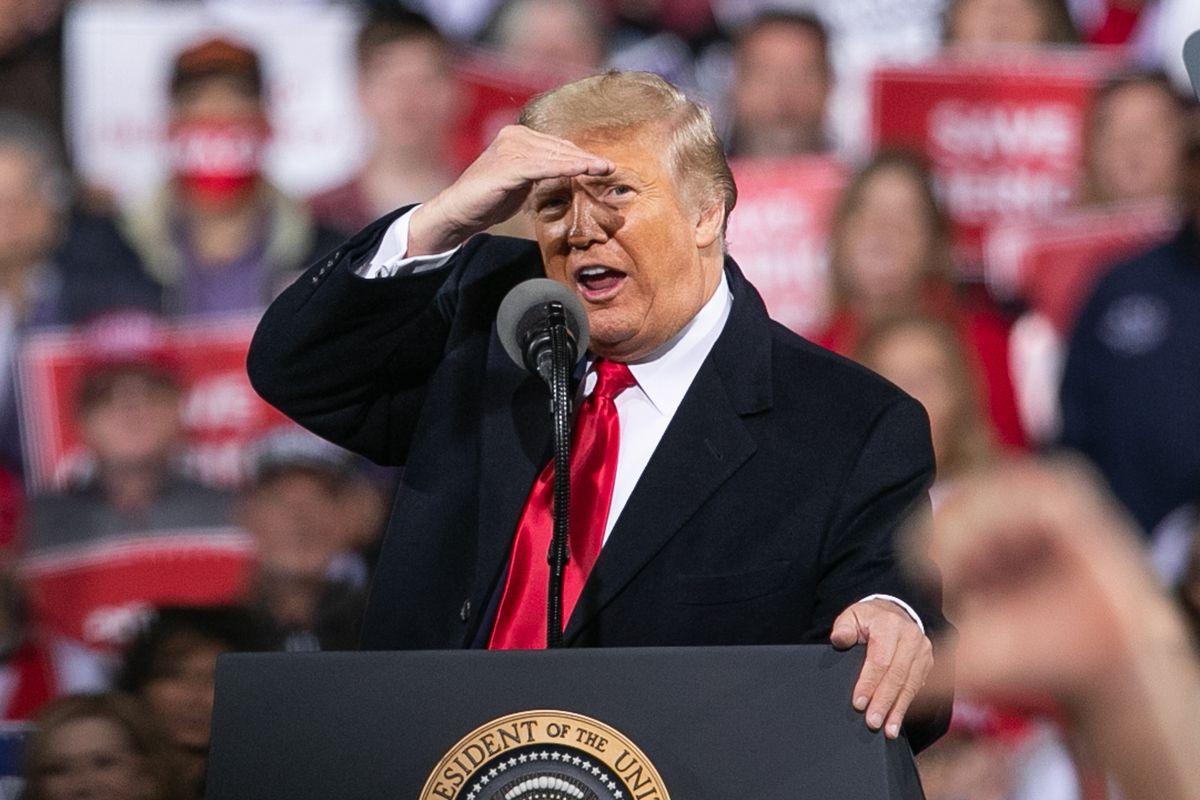 写真・図版 : 2020年12月、米ジョージア州の集会で演説するトランプ大統領=朝日新聞社