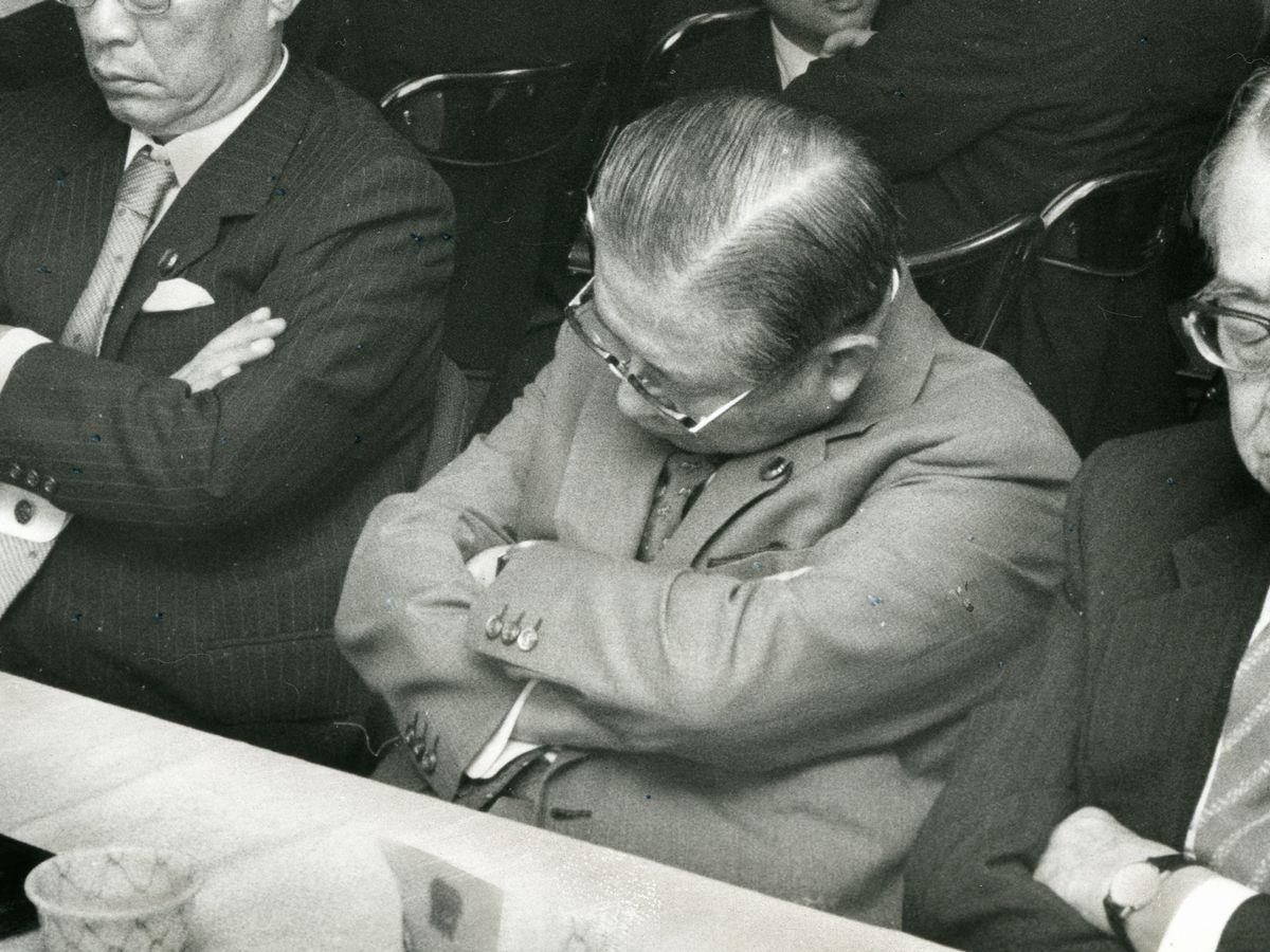 写真・図版 : 会議で居眠りする国会議員たち=1987年、東京・永田町。朝日新聞社