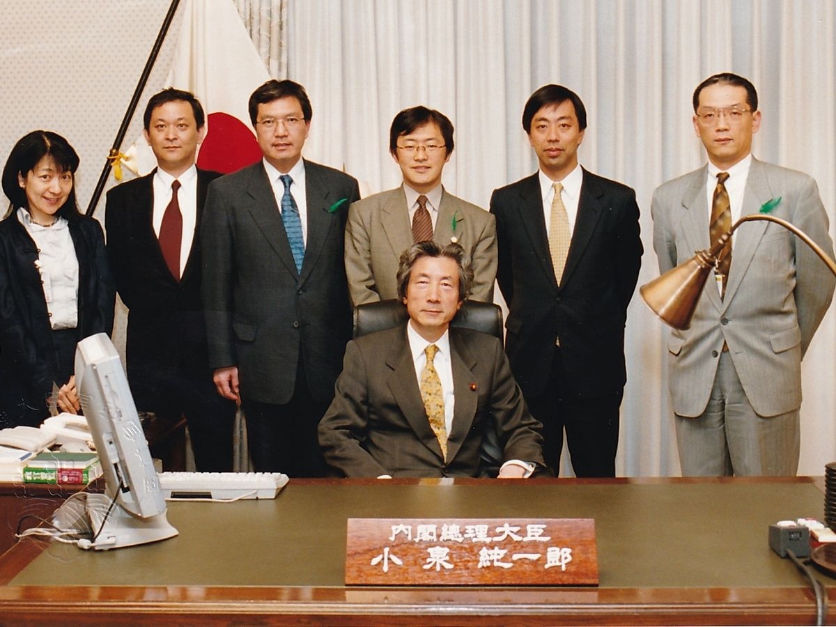 写真・図版 : 首相執務室で、小泉首相と、各省庁から集まった内閣官房参事官ら。右端が黒江氏=2002年。黒江氏提供