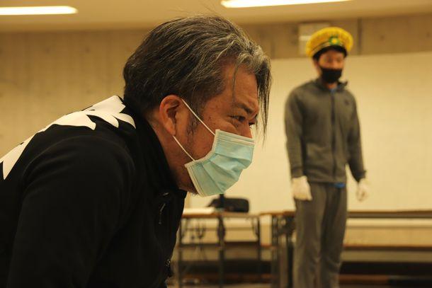 写真・図版 : 「陳列される男」を演じる津波信一さん(筆者撮影)