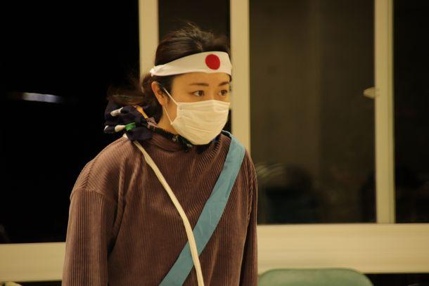 写真・図版 : 「陳列される女」を演じる棚原奏さん(筆者撮影)