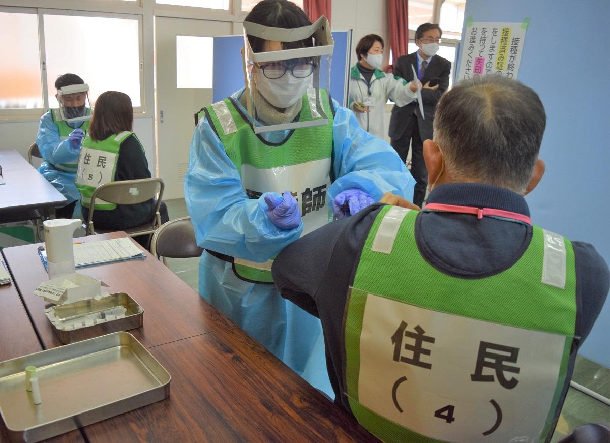 写真・図版 : ワクチン接種の流れを確認する模擬演習や訓練が各地で始まっている=2021年2月3日、鳥取県琴浦町