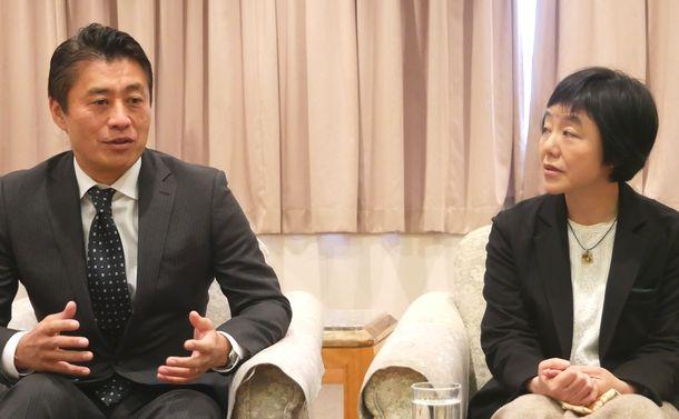 写真・図版 : 緑川早苗氏と細野豪志氏