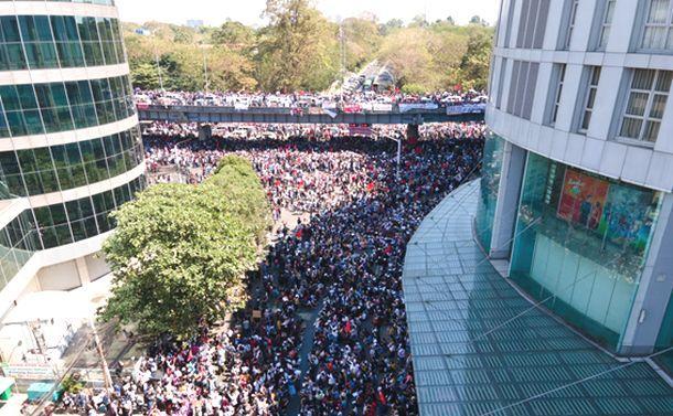 ドローンが映すミャンマー大規模デモ「ヤンゴン緊急リポート」第四弾、ついに銃弾に倒れた者も
