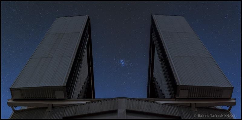 写真・図版 : 写真2:昴とすばる望遠鏡のツーショット=Babak Tafreshi/国立天文台