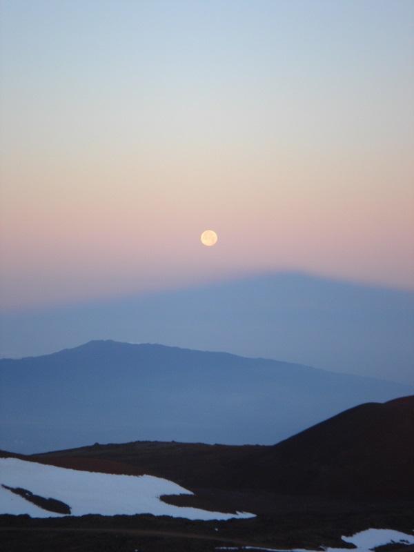 写真・図版 : 写真4:ハワイ島マウナケアの山頂から見る月=谷口義明撮影