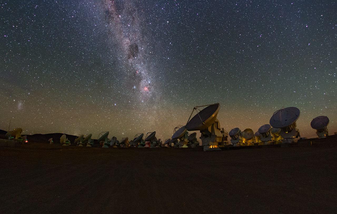 写真・図版 : 写真5:アルマ望遠鏡と南半球の満天の星=ESO/B. Tafreshi (twanight.org)