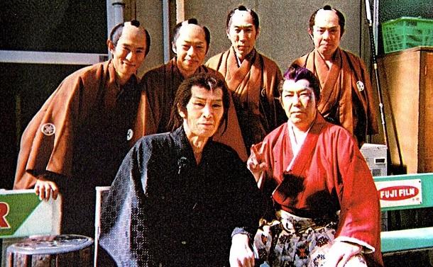 写真・図版 : 京撮(東映京都撮影所)で共演の俳優たちに囲まれた福本さん(前列左)