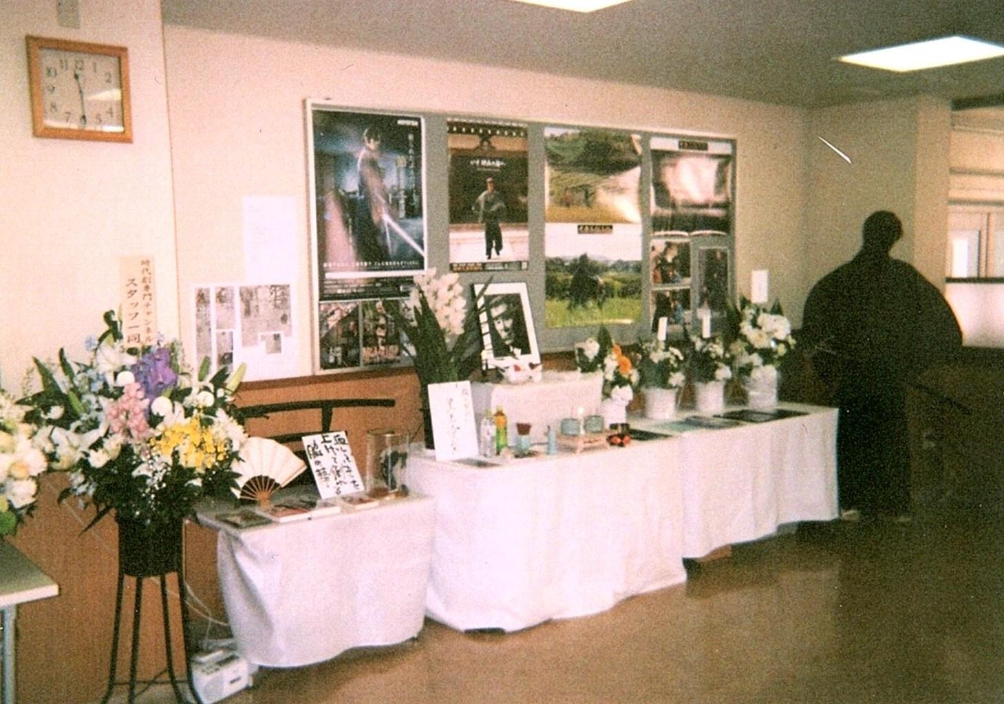 写真・図版 : 京撮・俳優会館1階に設えられた祭壇