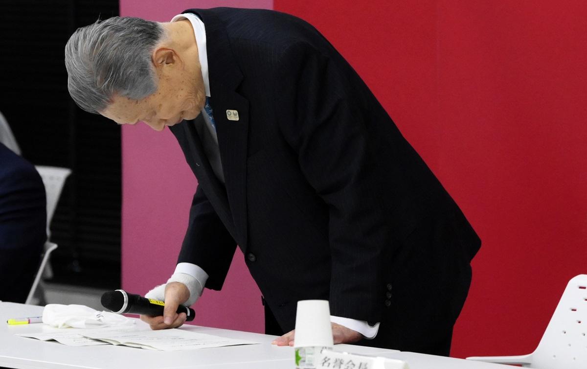 東京五輪・パラリンピック大会組織委の理事会と評議員会の合同懇談会で辞任を表明した森喜朗会長=2021年2月12日、代表撮影