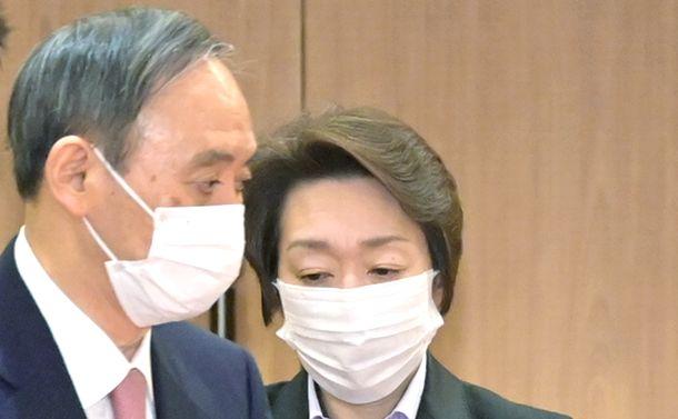 写真・図版 : 閣議に臨む菅義偉首相(左)と橋本聖子五輪相=2021年2月5日、首相官邸