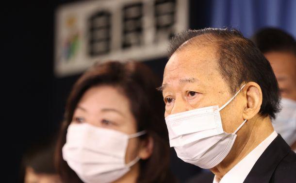 写真・図版 : 会見する自民党の二階俊博幹事長(右)。左は野田聖子幹事長代行=2021年2月2日、東京・永田町の自民党本部
