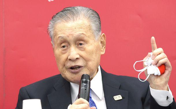 写真・図版 : 記者会見する東京五輪・パラリンピック大会組織委の森喜朗会長=2020年12月24日