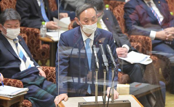 参院予算委で答弁する菅義偉首相=2021年1月27日
