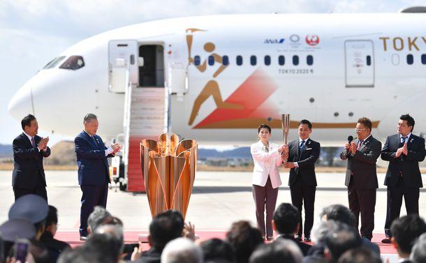 写真・図版 : 2020年3月20日ギリシャから到着した東京五輪の聖火=宮城県東松島市の航空自衛隊松島基地