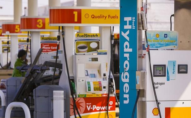 写真・図版 : シェルステーションの水素燃料ポンプ=米ワシントン、Rob Crandall / Shutterstock.com