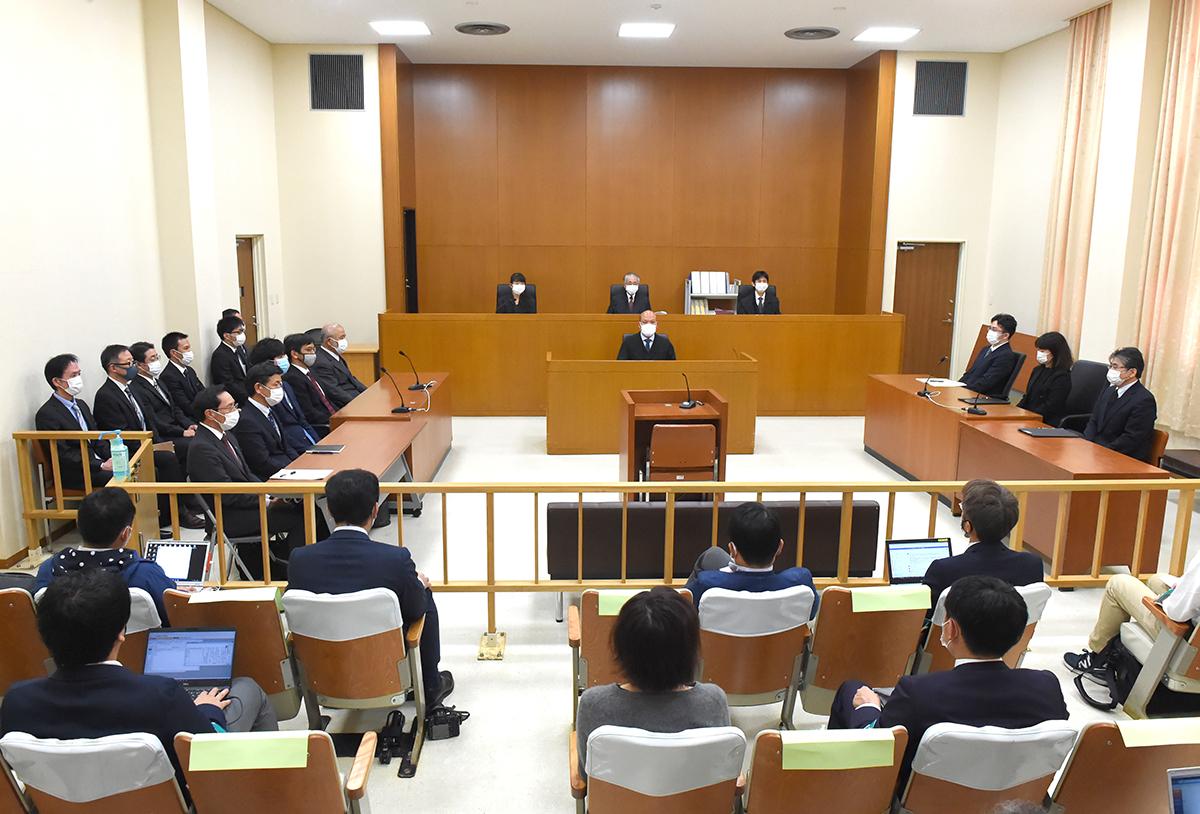 写真・図版 : サンゴ類の移植をめぐって沖縄県が国を相手取った訴訟の判決公判=2021年2月3日、那覇市の福岡高裁那覇支部