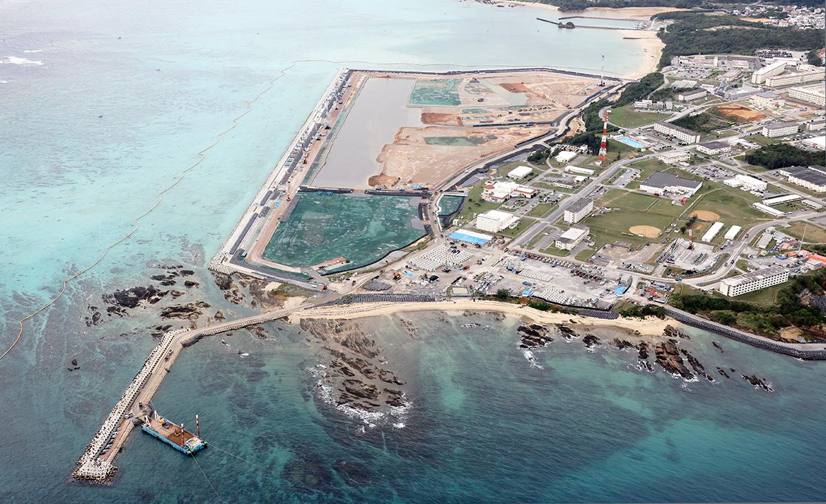 写真・図版 : 大型の砂利運搬船も入り埋め立て工事が進む辺野古沖=2020年12月11日、沖縄県名護市、