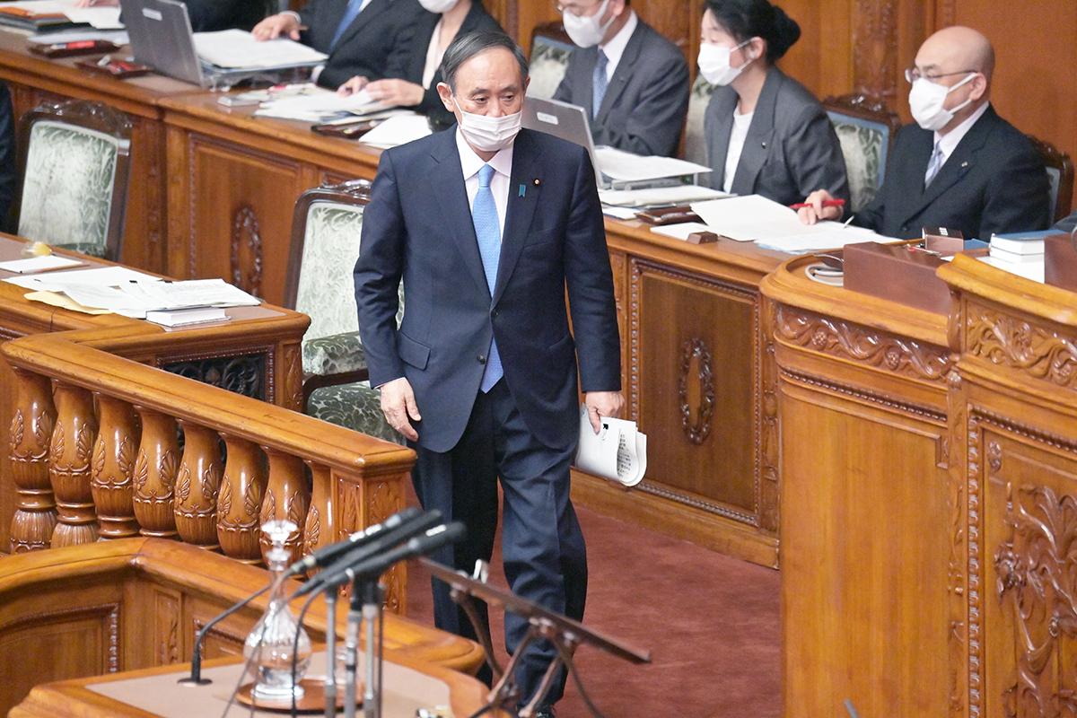 写真・図版 : 参院本会議で答弁に臨む菅義偉首相=2021年2月2日