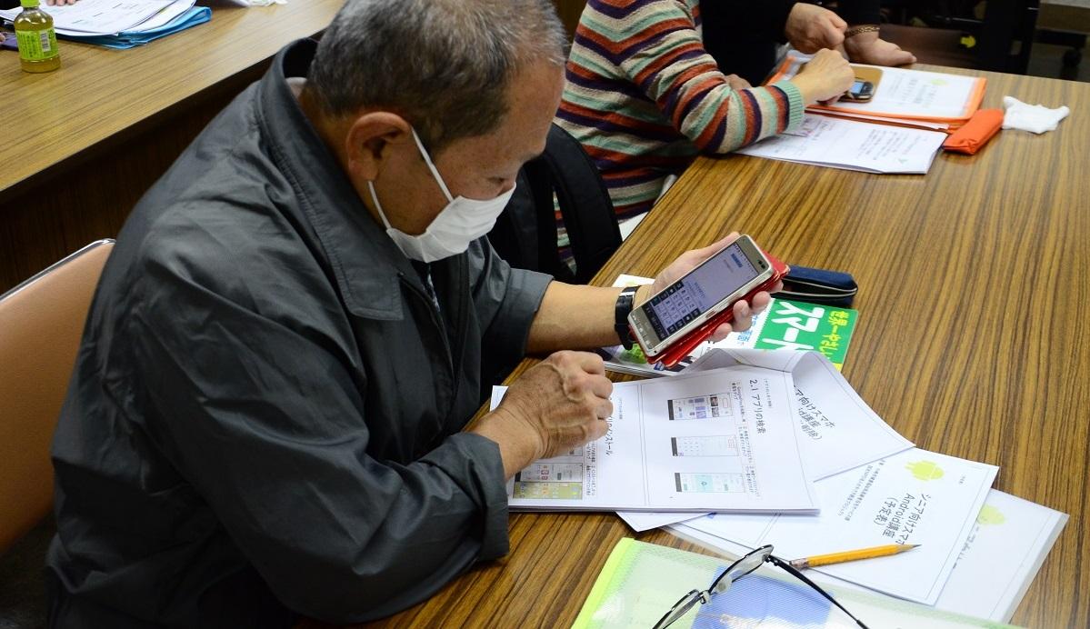 写真・図版 : 主に高齢者を対象としたスマホ教室も各地で開かれている=川崎市高津区