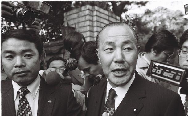 写真・図版 : 1974年、私邸で取材に応じる田中角栄首相