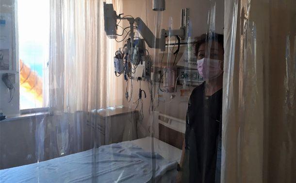 写真・図版 : ベッドを透明シートで囲み個室化した救命救急センターの大部屋=2020年10月13日、川崎市