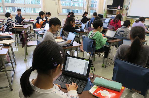 「学校ICT活用フォーラム」での公開授業。3年生の国語では、各自がネットで検索した詩などを文書作成ソフトに貼り付け、「詩集」にしていく=2020年1月17日、東京都渋谷区立西原小学校