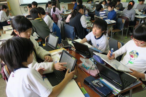 写真・図版 : 「学校ICT活用フォーラム」の公開授業。5年生の社会では、各自がネットで調べたことを持ち寄り、グループでホワイトボードなどにまとめて発表した=2020年1月17日、東京都渋谷区立西原小学校