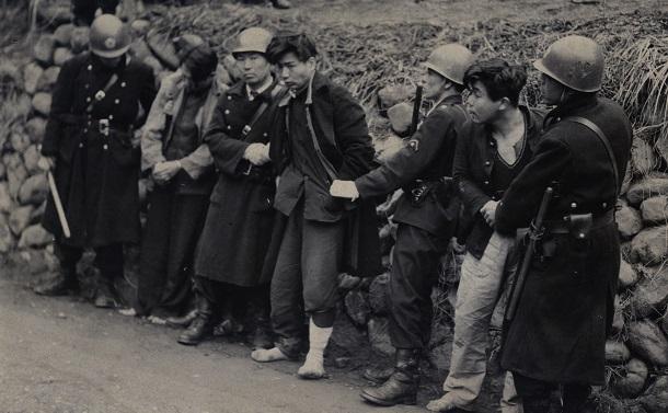 写真・図版 : 検挙された山村工作隊のメンバー=1952年3月29日、東京都西多摩郡小河内村(現・東京都奥多摩町)
