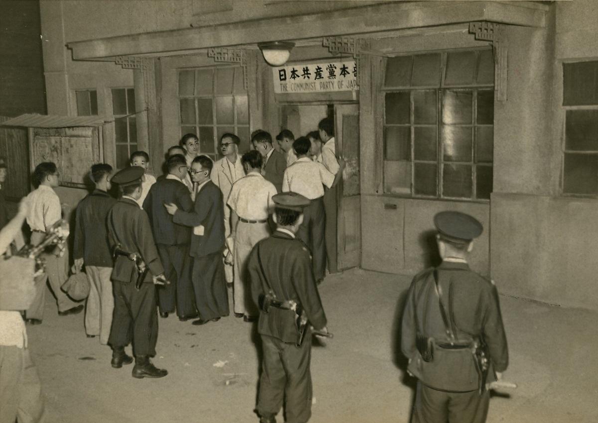 写真・図版 : GHQ(連合国軍総司令部)マッカーサー元帥の指示で、機関紙「アカハタ」の発行停止処分や輪転機の差し押さえを受けた日本共産党本部=1950年6月26日、東京都渋谷区千駄ヶ谷の日本共産党本部