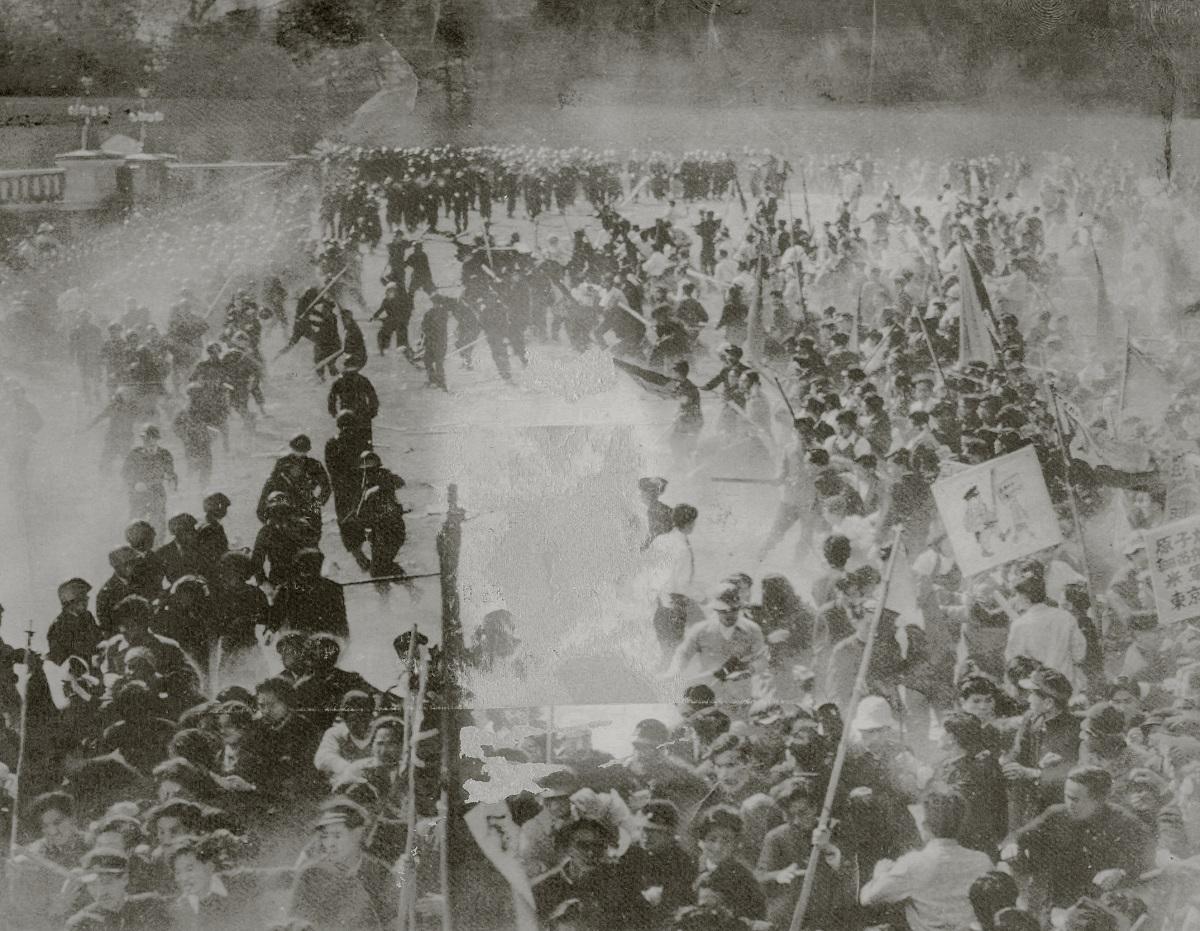 写真・図版 : 「血のメーデー」事件=1952年5月1日、東京・皇居前広場