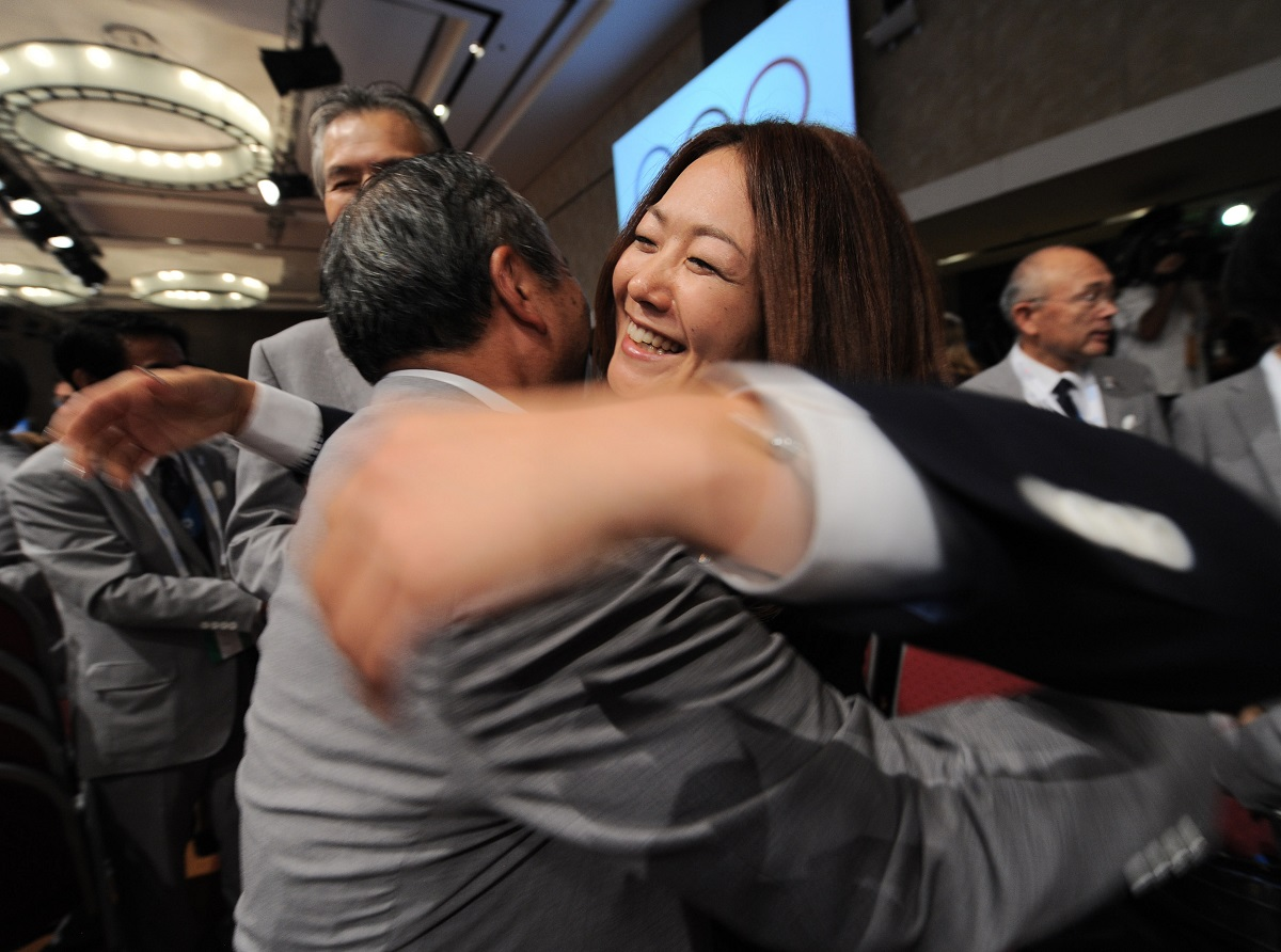 写真・図版 : 東京開催が決定し喜ぶ佐藤真海選手=2013年9月8日、ブエノスアイレス