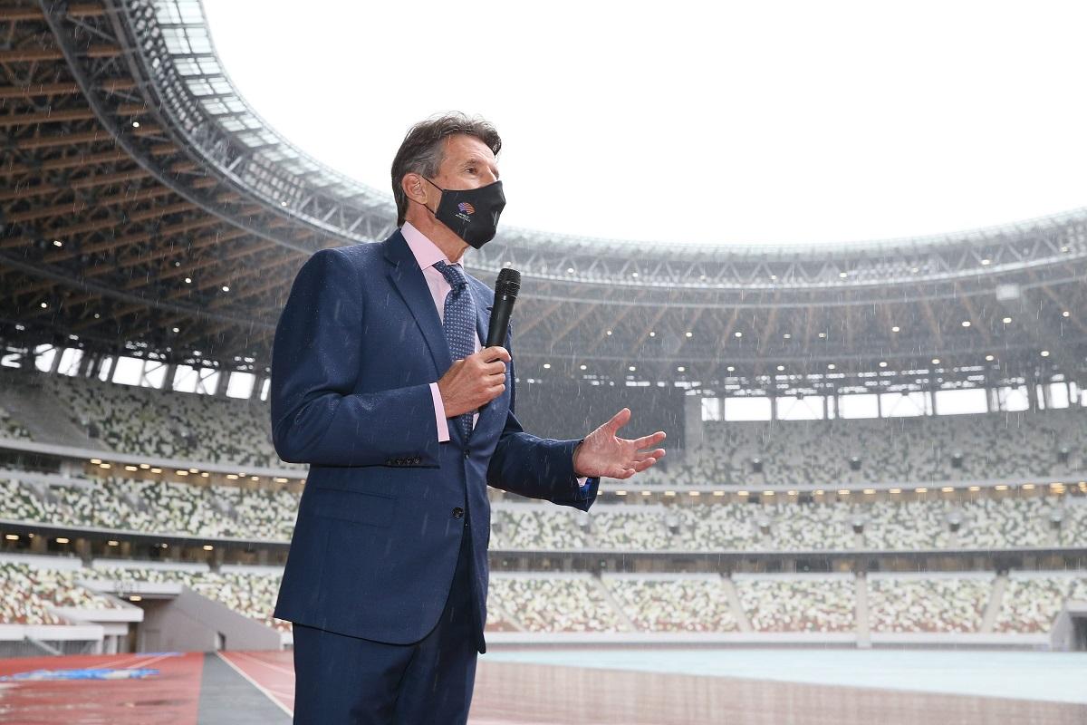 写真・図版 : 国立競技場を視察し、記者団の質問に答える世界陸連のセバスチャン・コー会長=2020年10月8日、東京都新宿区