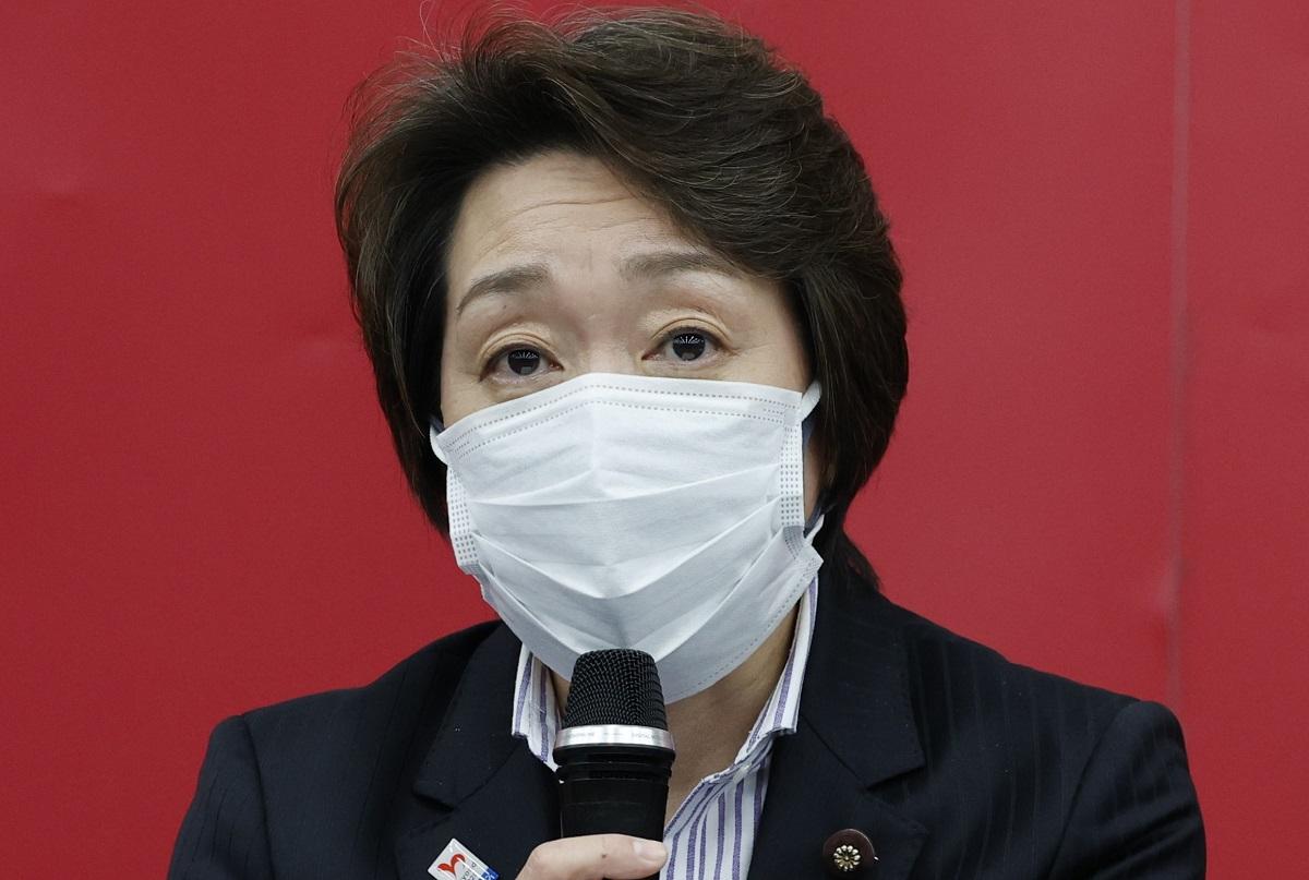写真・図版 : 東京五輪・パラリンピック組織委員会の新会長に就任し、記者会見する橋本聖子氏=2021年2月18日