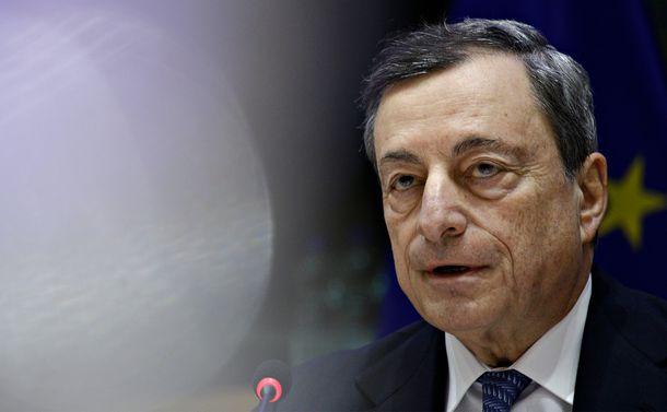 写真・図版 : 欧州中央銀行総裁当時、欧州議会で報告するマリオ・ドラギ氏。=2018年11月26日、ブリュッセル(Alexandros Michailidis/Shutterstock.com)