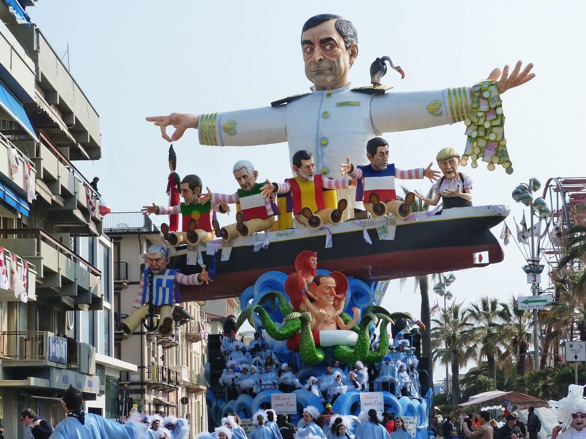 写真・図版 : カーニバルのパレードの山車にマリオ・ドラギ氏を模した巨大人形が登場。人気を示した=2012年3月、イタリア・ヴィアレッジョ(sansa55/Shutterstock.com)