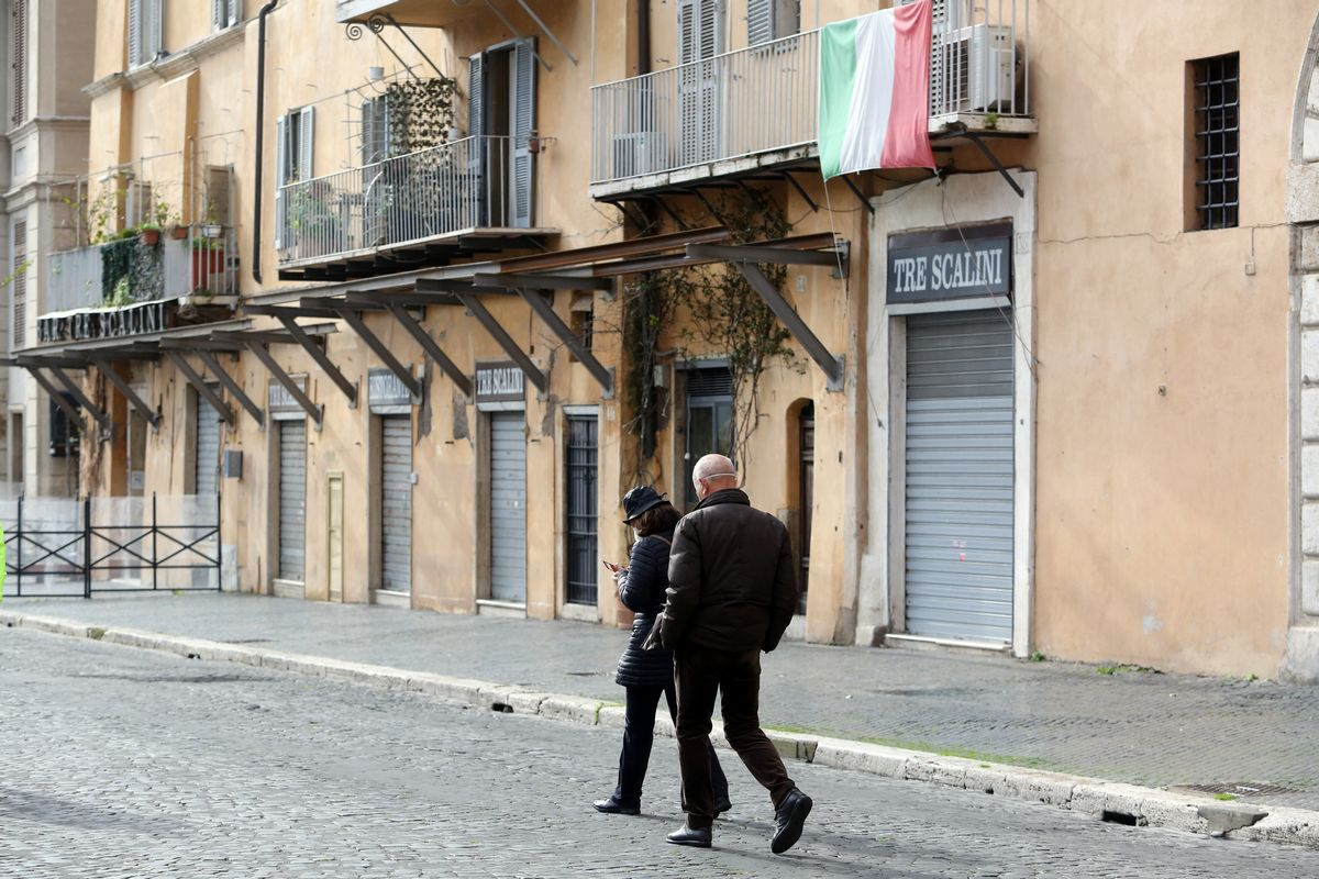 写真・図版 : 首都ローマの市街地でも、新型コロナウイルスのパンデミックの影響で多くのレストランや商店の休業が続く。経済危機が一層進んでいる=2021年1月31日(Marco Iacobucci Epp/Shutterstock.com)