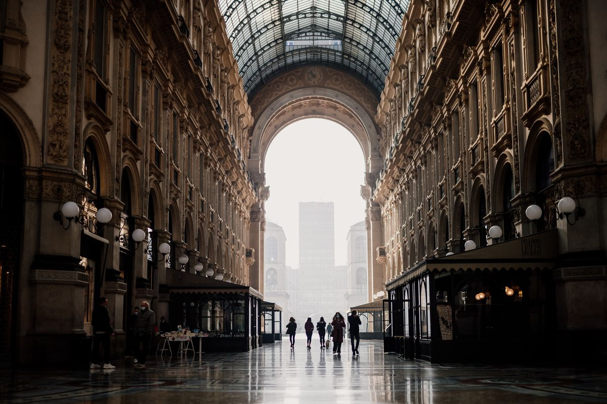 写真・図版 : ミラノにある世界的に著名なショッピングアーケード「ヴィットーリオ・エマヌエーレ2世のガッレリア」も休業店舗が多く、閑散としている=2020年11月(Eugenio Marongiu/Shutterstock.com)