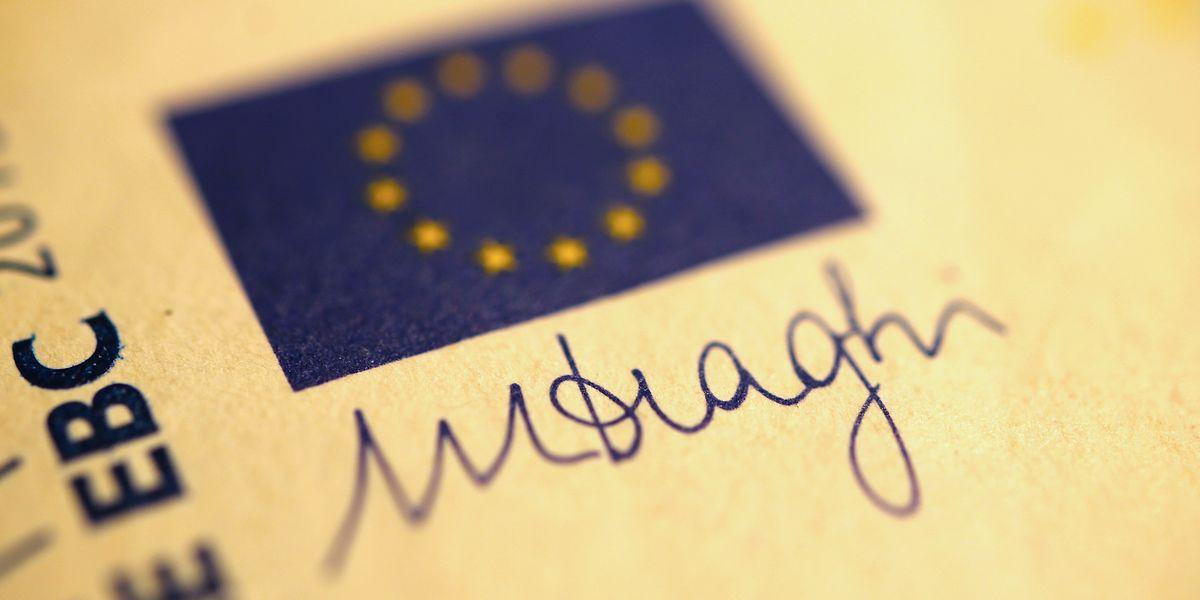 写真・図版 : ユーロ紙幣に印刷されたマリオ・ドラギ氏のサイン(Eigenblau/Shutterstock.com)