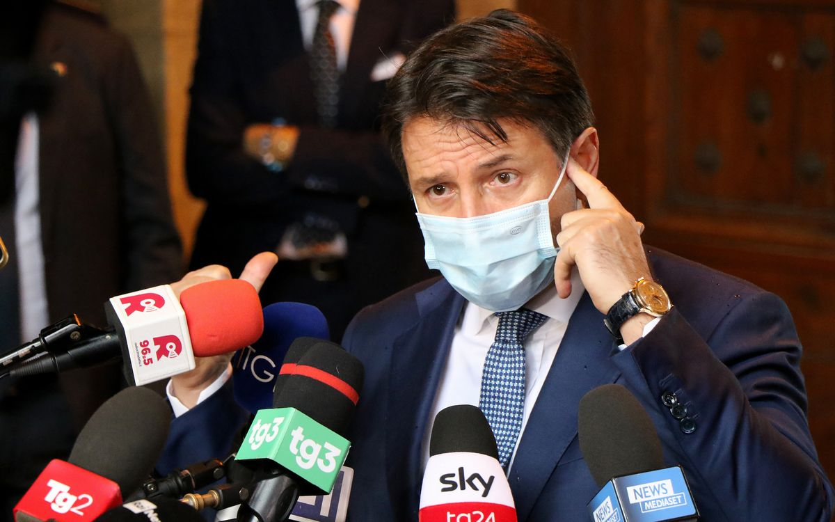 写真・図版 : 報道陣の質問に答えるジュゼッペ・コンテ首相(当時)=2020年10月(Massimo Todaro/Shutterstock.com)