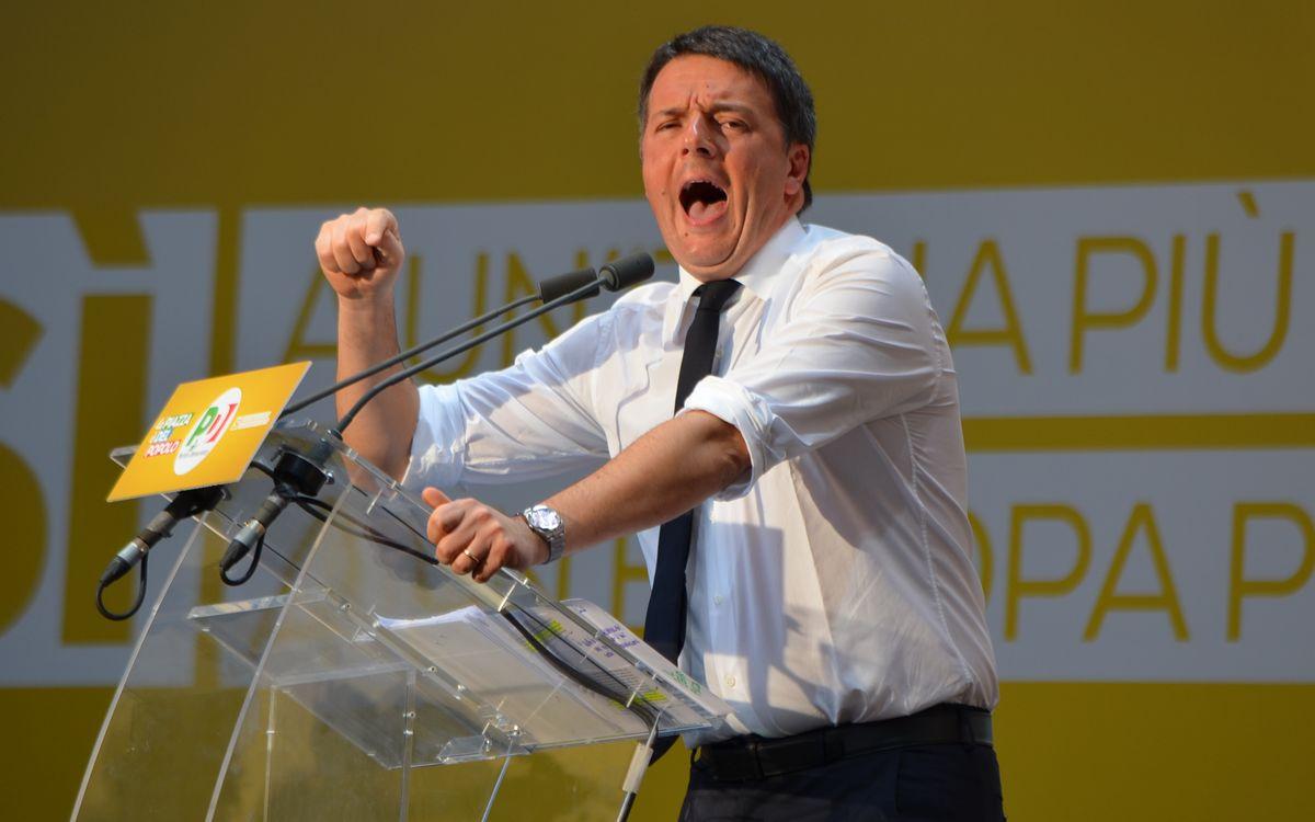 写真・図版 : 演説が得意なマッテオ・レンツィ氏には「壊し屋」の異名がある。ベテランを「老害」と呼び排除することも=2016年10月