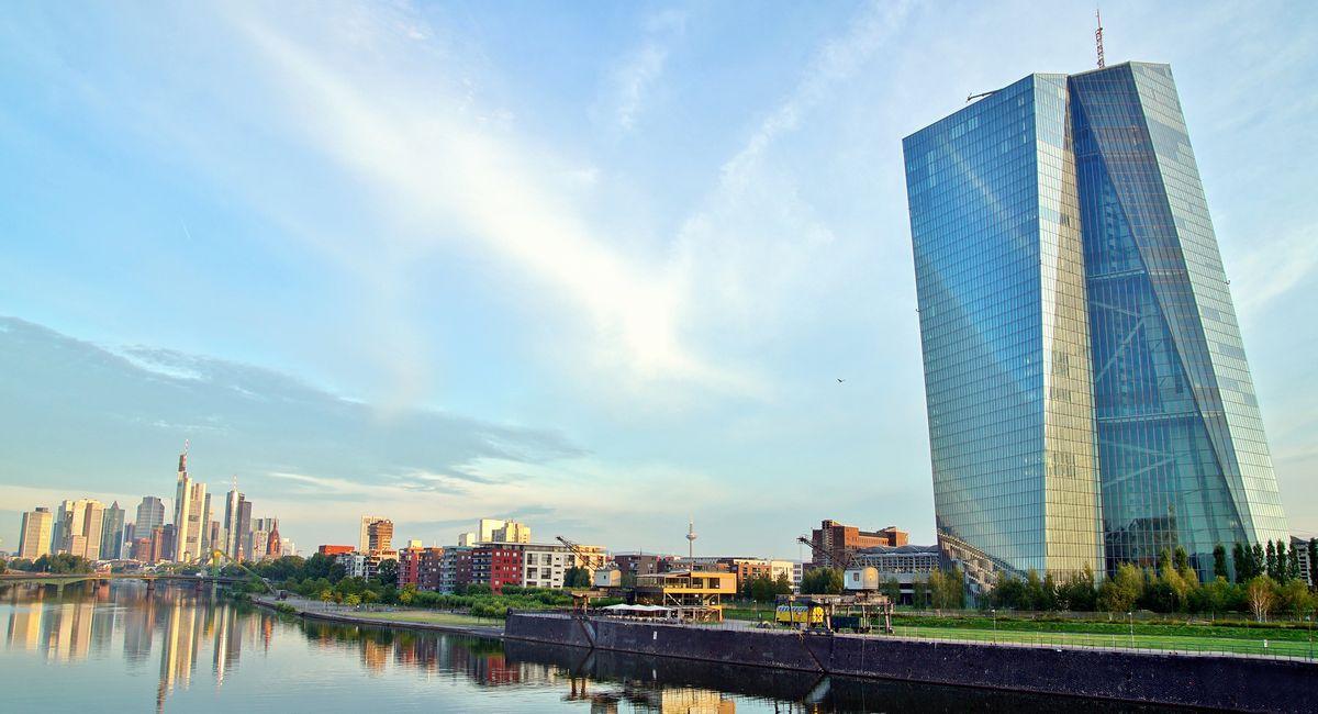 写真・図版 : マイン川沿いにたつ欧州中央銀行(ECB)の高層ビル=ドイツ・フランクフルト(Mabeline72/Shutterstock.com)