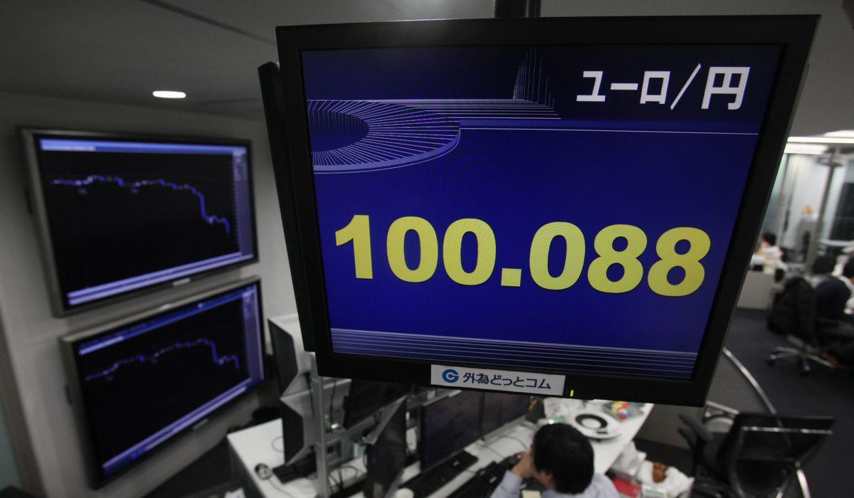 写真・図版 : 欧州の債務危機が進んで欧州通貨ユーロが売り込まれ、一時1ユーロ=100円を切る寸前まで値下がりした=2011年12月29日